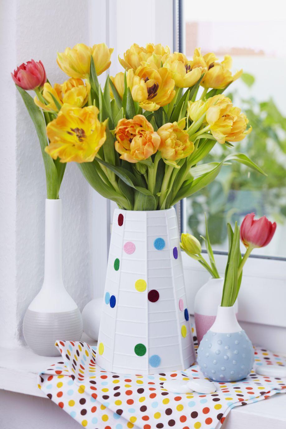 lentebloemen-boeket in witte vaas