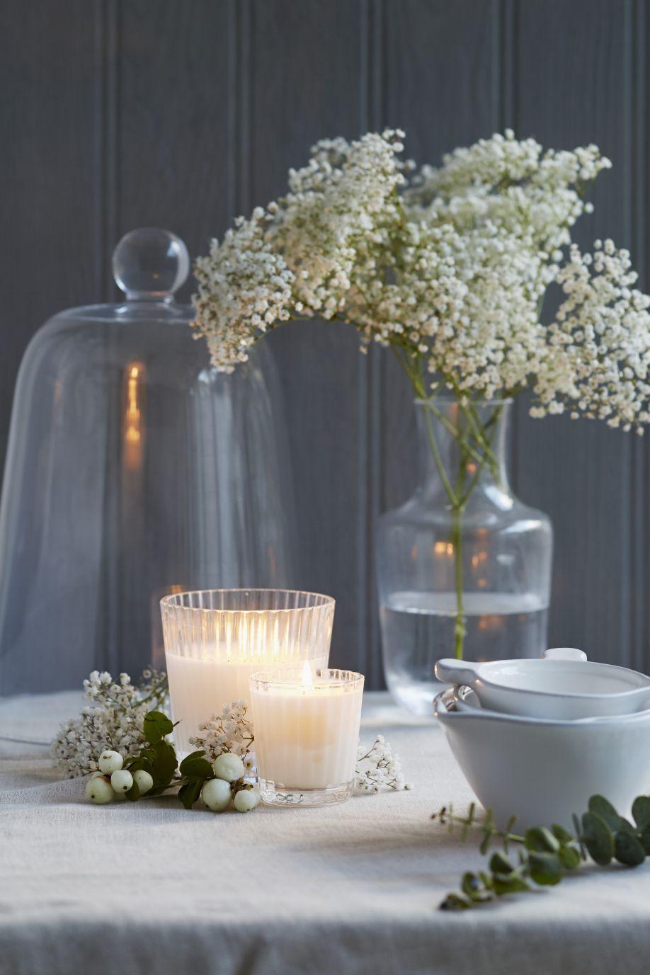 decoratie bruiloft kaarsjes bloemen en stolp