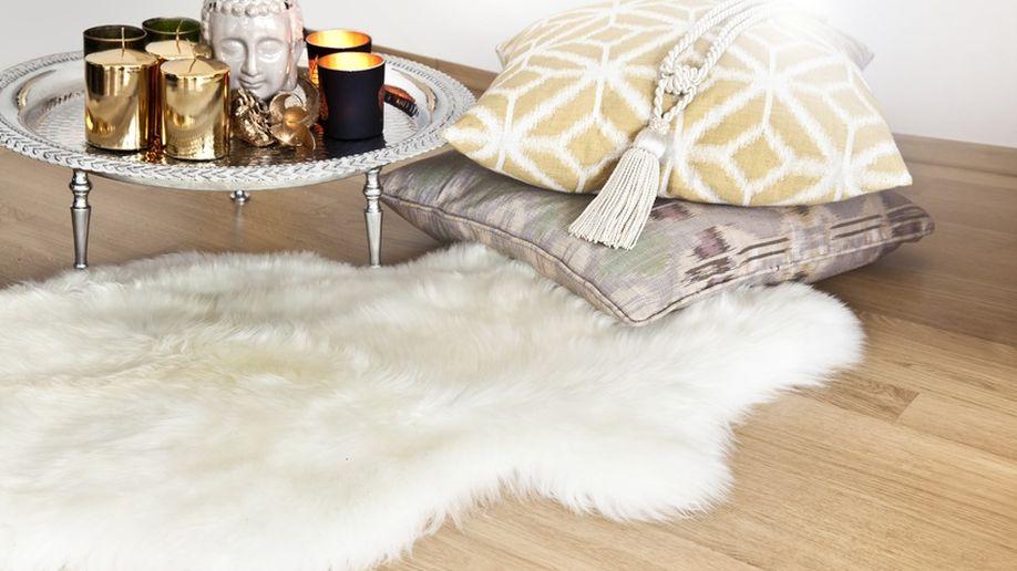 schapenvacht op houten vloer
