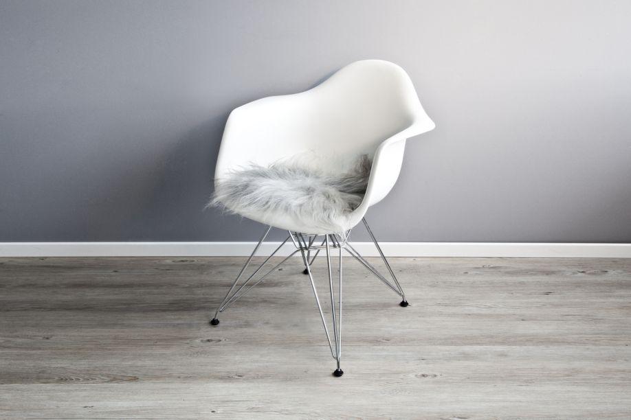 schapenvacht op witte eames stoel