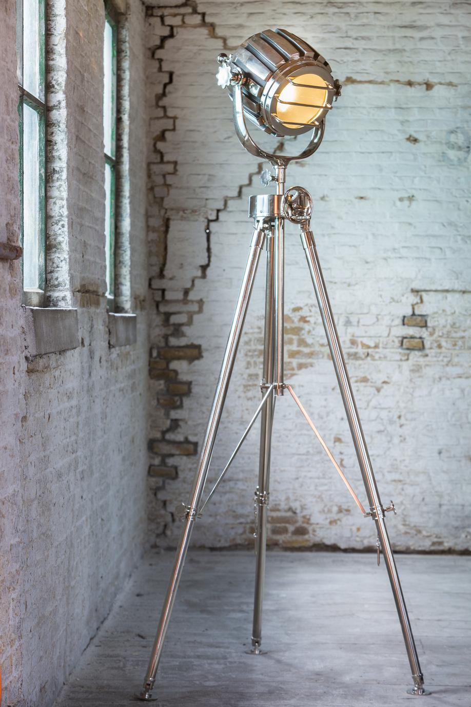 industriële lampen op metalen statief