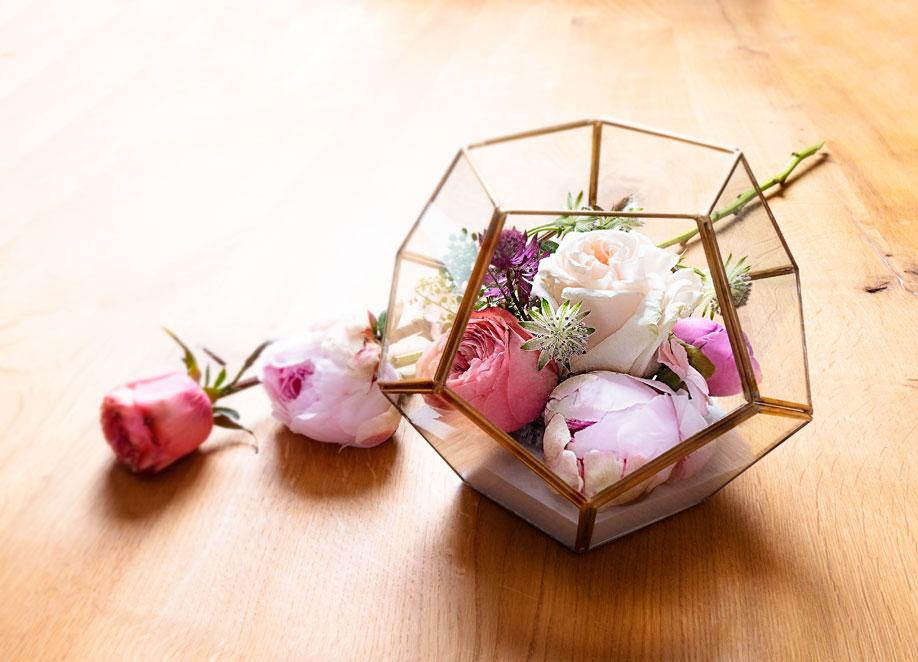 ozdobne terrarium z kwiatami