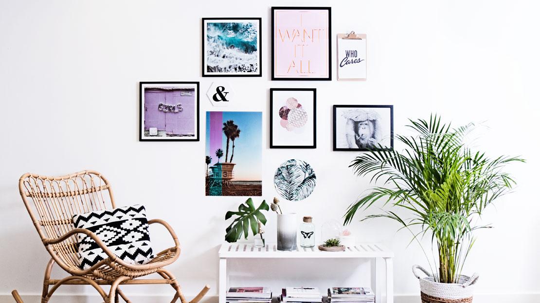 Как развесить картины на стене над диваном