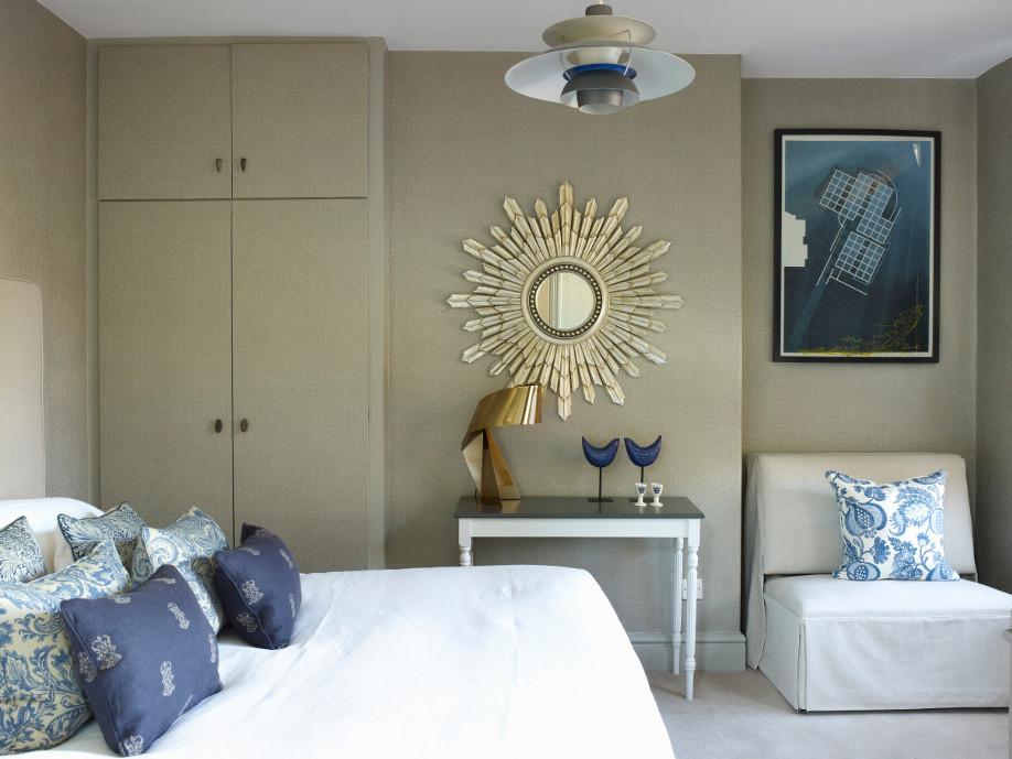 złote lustro i dodatki na tle beżowej ściany