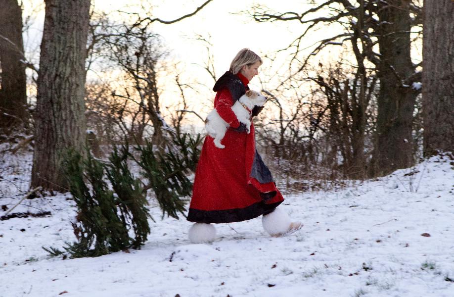 pani idzie przez śnieg, boże narodzenie