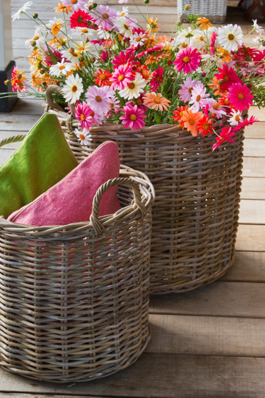 kompozycje kwiatowe w wiklinowym koszu