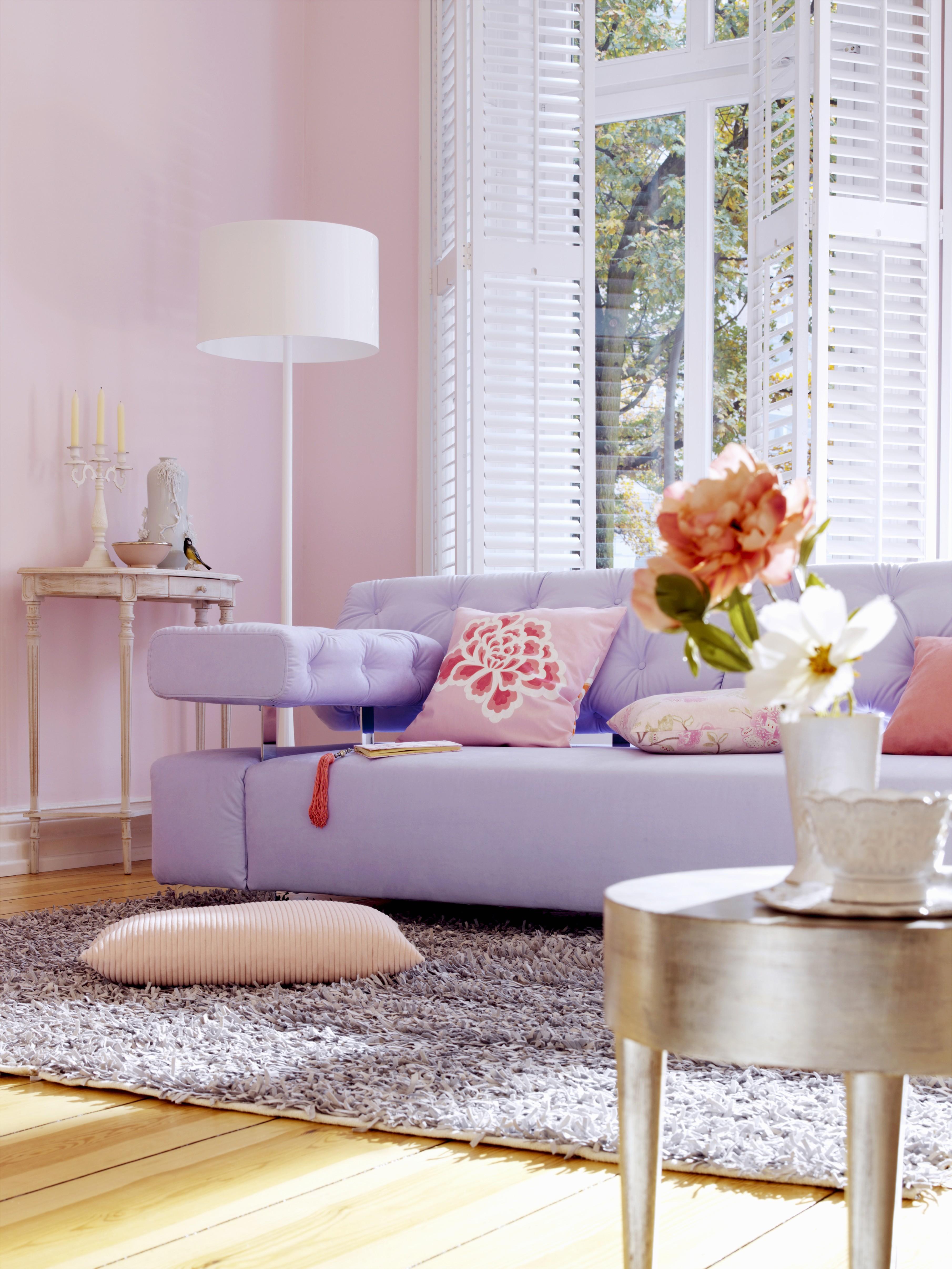 Fliederfarbenes Sofa und Beistelltisch mit Blattsilber im Wohnzimmer mit rosa Wänden