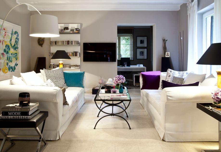 Biały salon w stylu glamour z szarymi akcentami