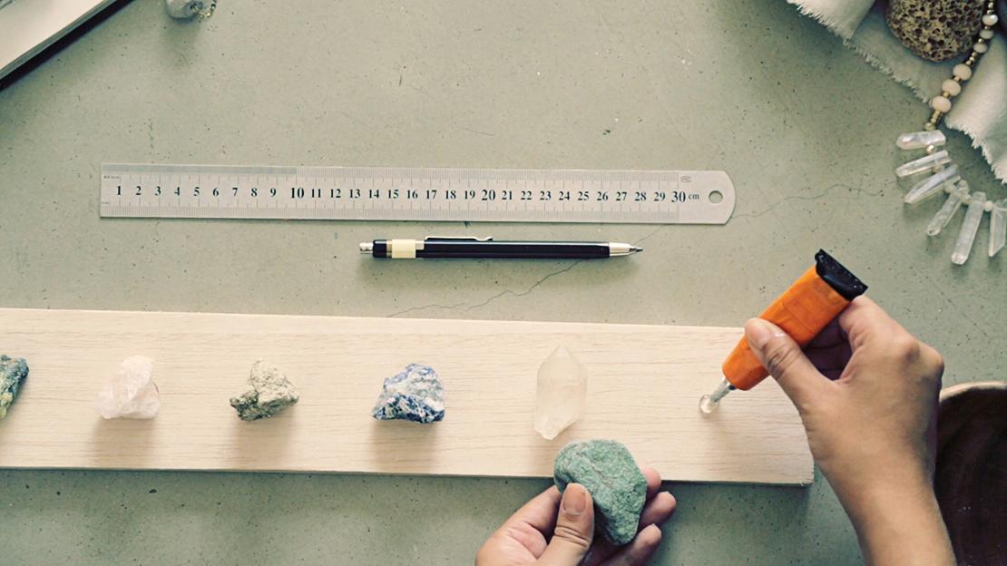 przyklej kamienie do deski