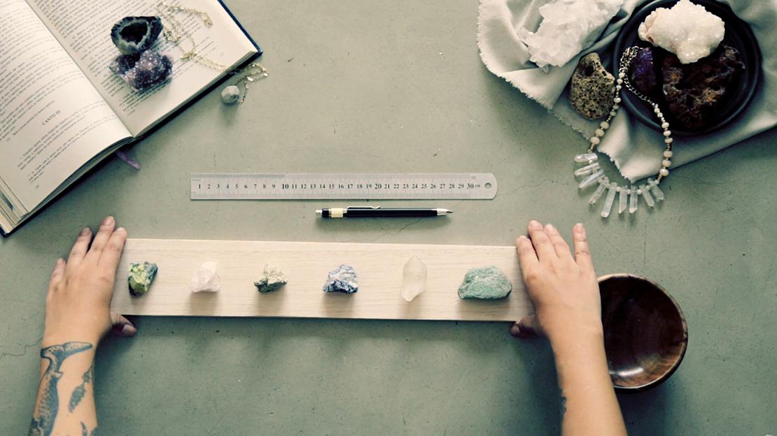 wieszak na biżuterię z uchwytami z kamieni