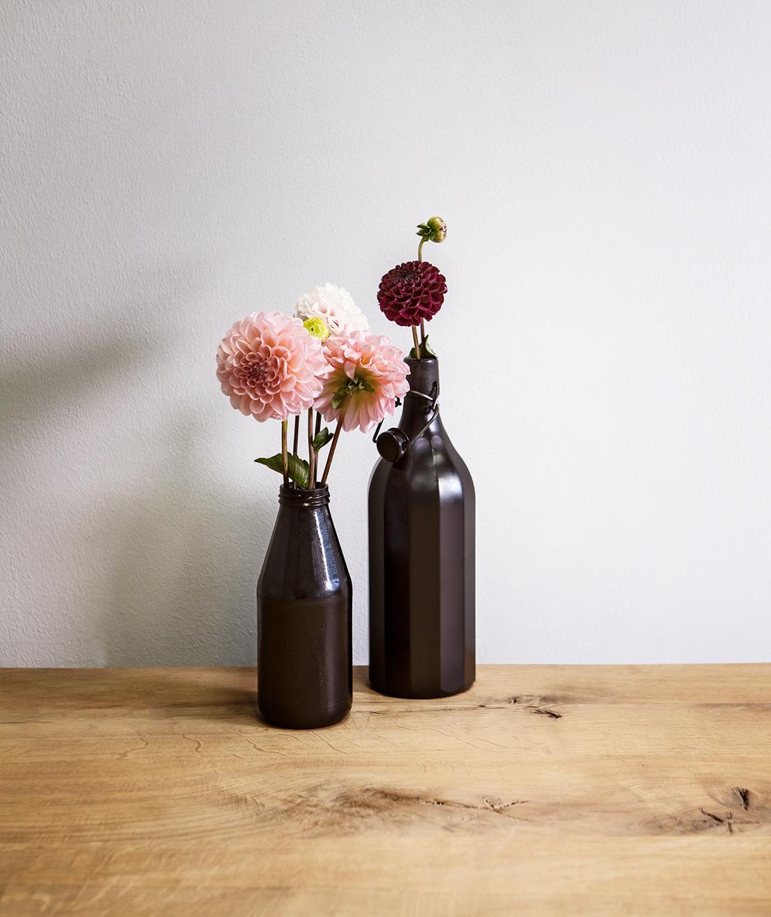 czarne matowe wazony z butelek