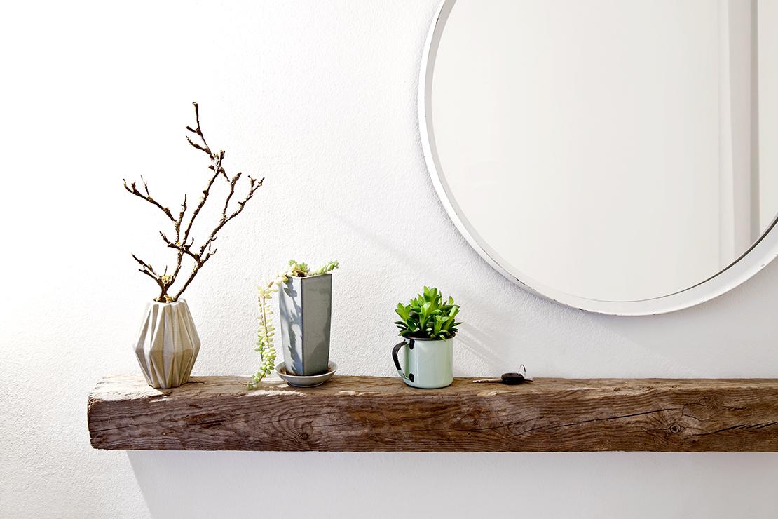 okrągłe lustro na ścianie