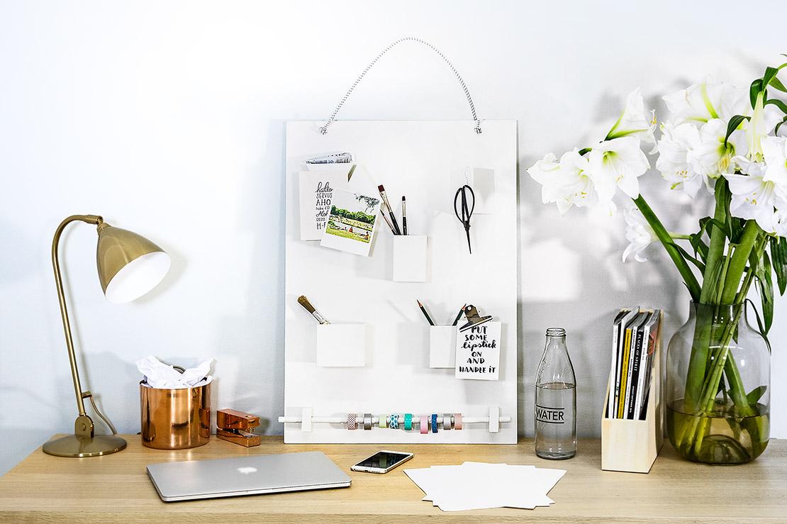 biały organizer na biurko
