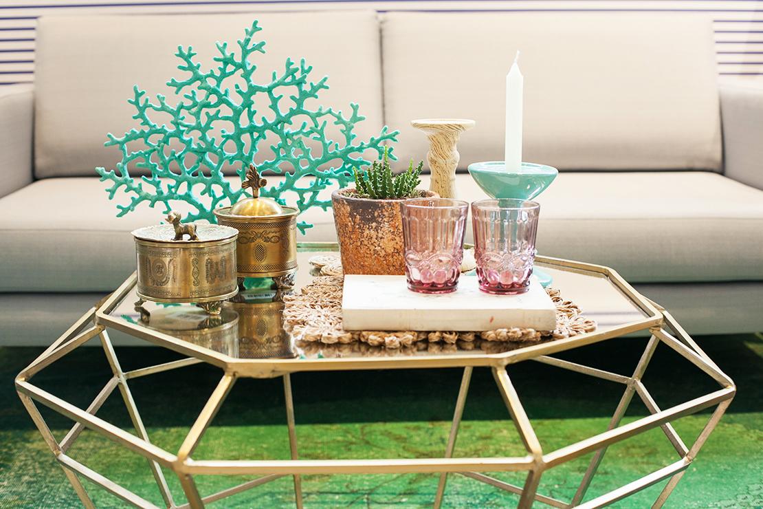 elegancki stolik kawowy w stylu boho