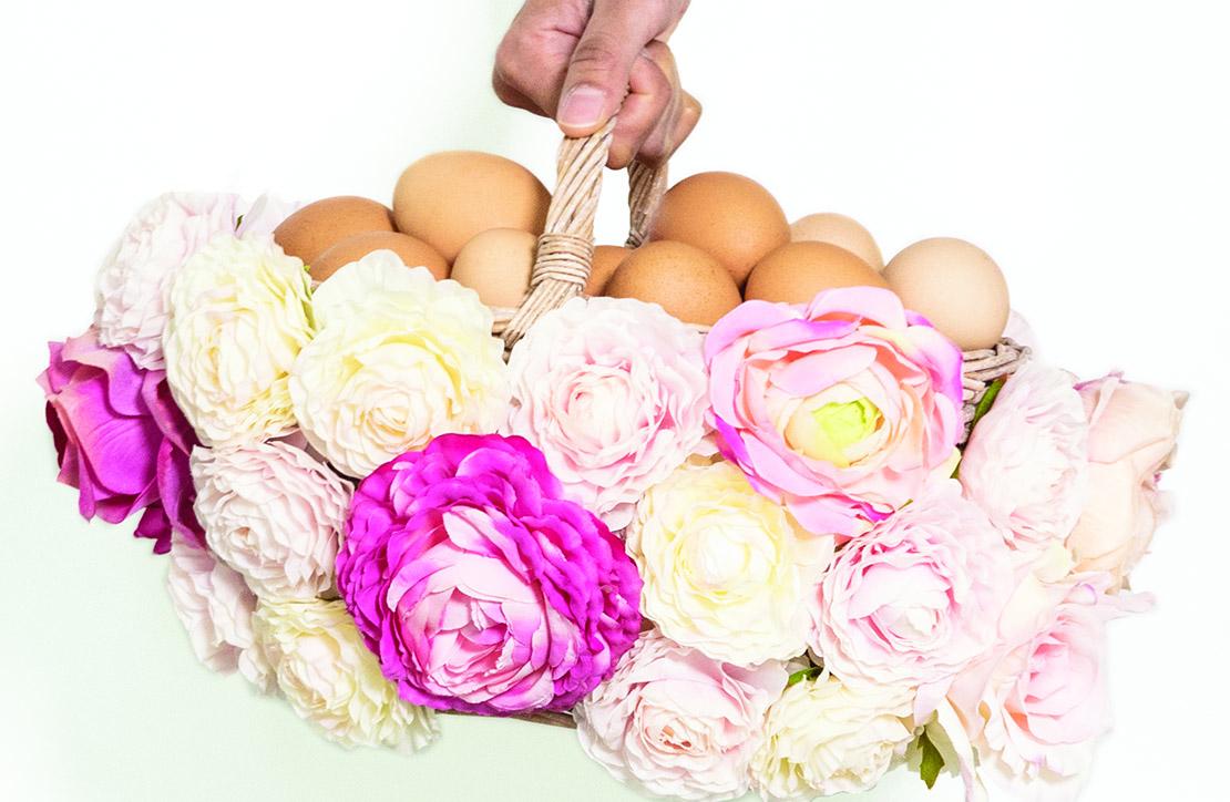 pomysł na wielkanocny koszyk ozdobiony kwiatami